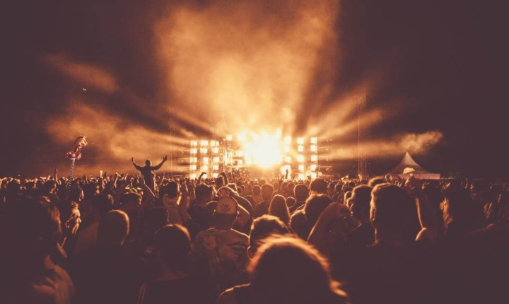muziekfestival publiek kijkend richting het podium